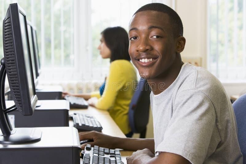 Studenti di college in un laboratorio del calcolatore fotografie stock libere da diritti