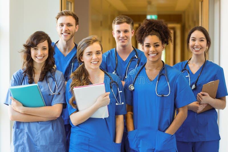 Studenti di medicina che sorridono alla macchina fotografica immagini stock libere da diritti