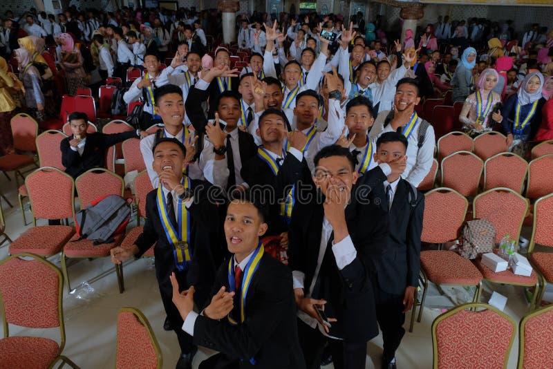 Studenti divertendosi sulla loro graduazione fotografie stock