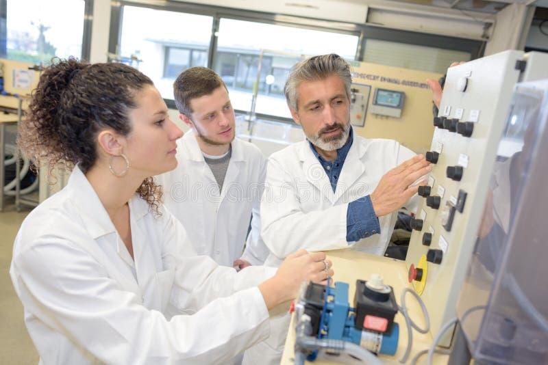 Studenti ed insegnante della High School in laboratorio immagini stock