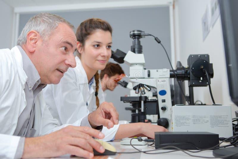 Studenti felici del laboratorio e dell'insegnante fotografia stock libera da diritti