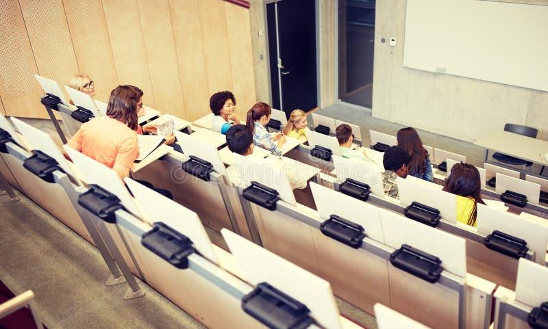 Studenti internazionali al corridoio di conferenza dell'universit? immagine stock libera da diritti