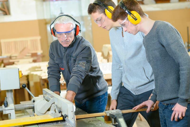 Studenti maschii nella classe della lavorazione del legno immagini stock libere da diritti