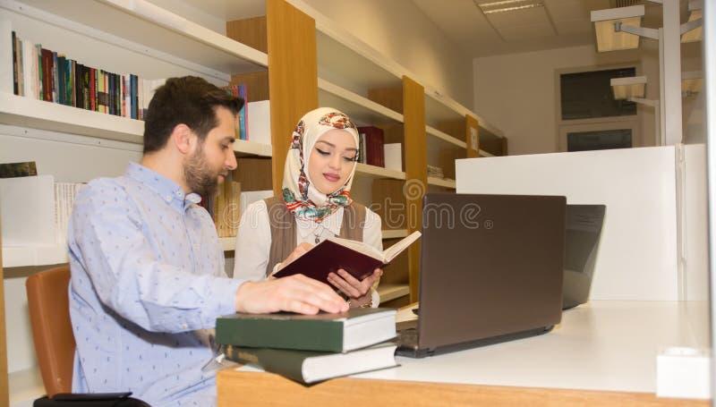 Studenti musulmani in biblioteca fotografia stock