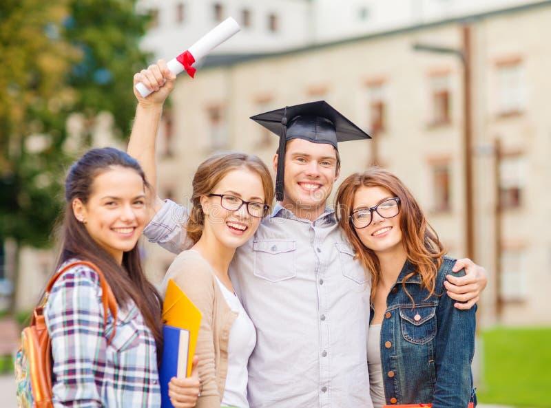 Studenti o adolescenti con gli archivi ed il diploma fotografie stock libere da diritti