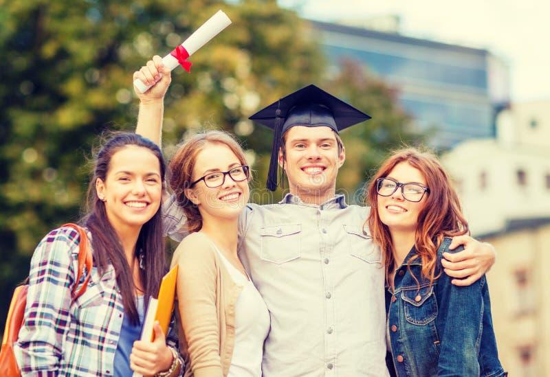 Studenti o adolescenti con gli archivi ed il diploma fotografia stock