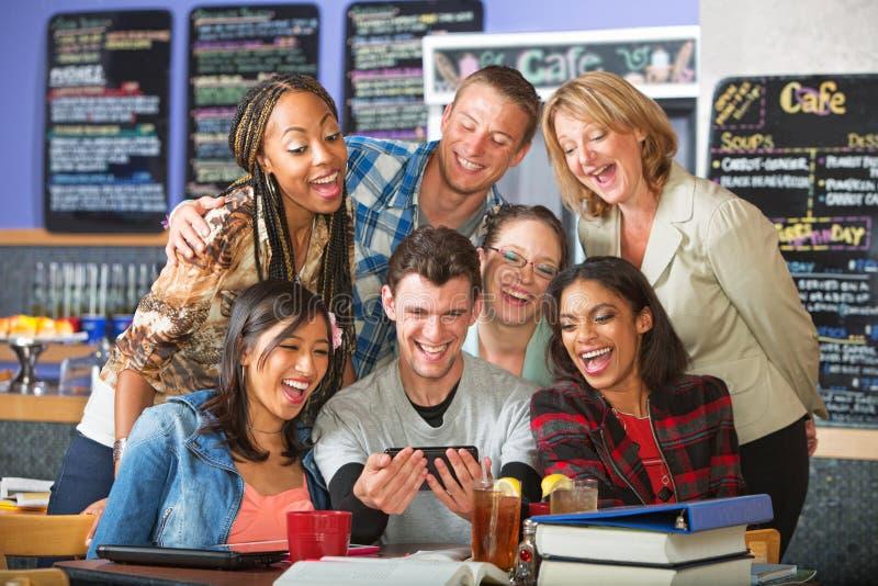 Studenti sorridenti con il telefono della macchina fotografica immagini stock libere da diritti