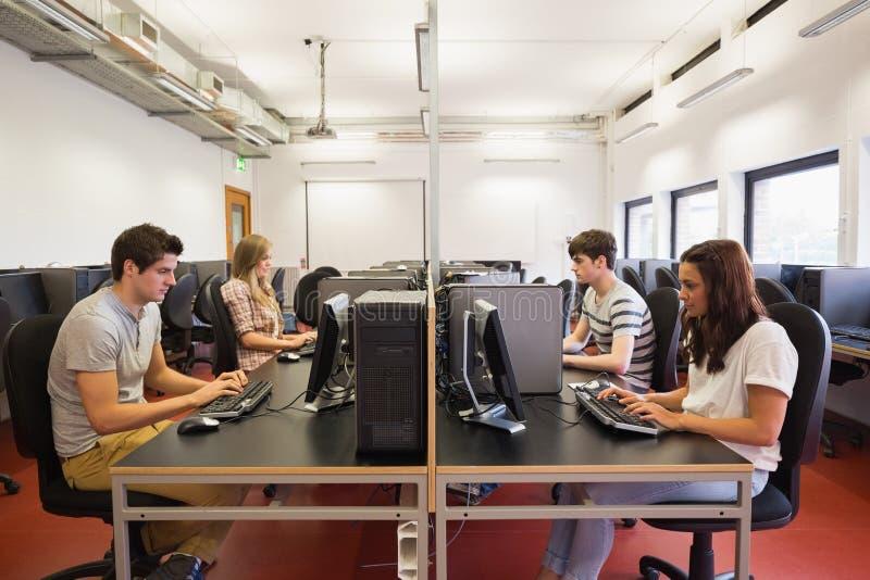 Studenti in una classe del computer fotografia stock