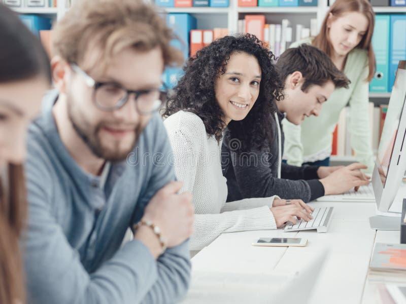 Studenti universitari che studiano insieme fotografie stock