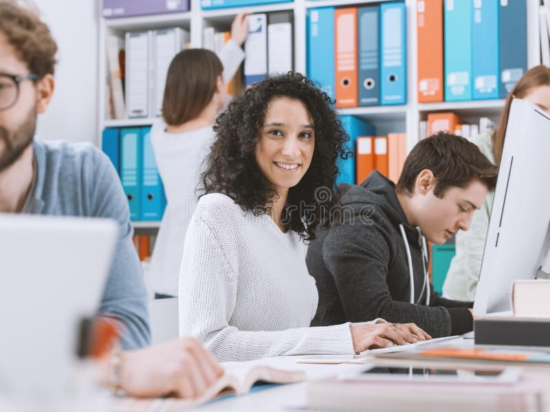 Studenti universitari che studiano insieme immagini stock libere da diritti