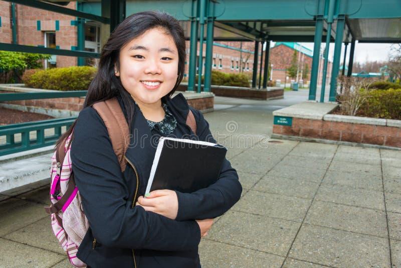 Studentin auf Campus lizenzfreies stockfoto