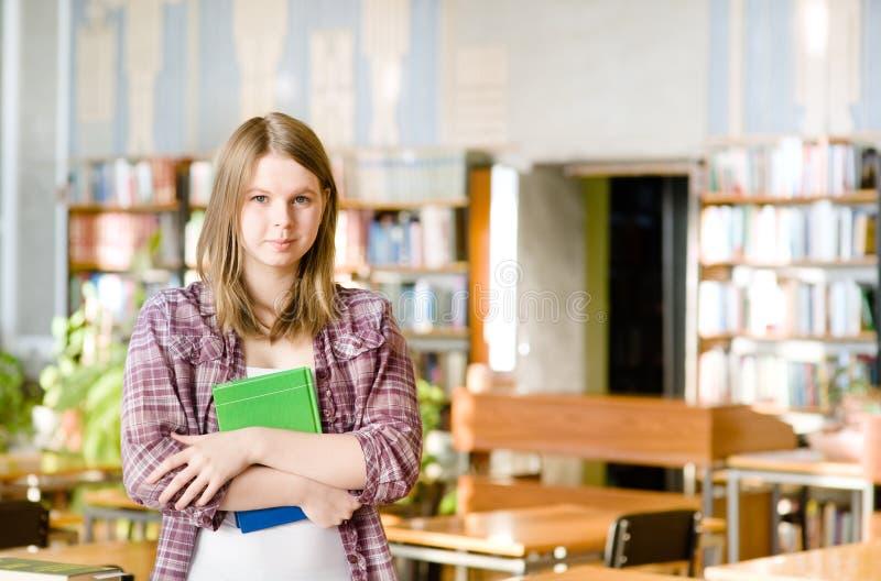 Studentin in der Bibliothek lizenzfreie stockbilder