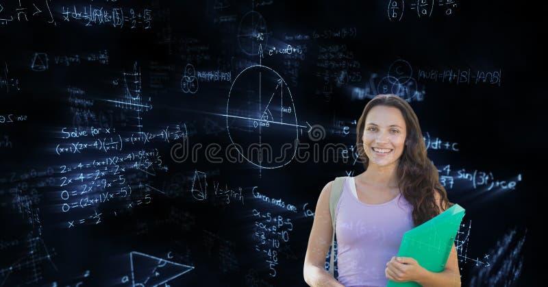 Studentin, die über Mathehintergrund steht lizenzfreie stockfotografie