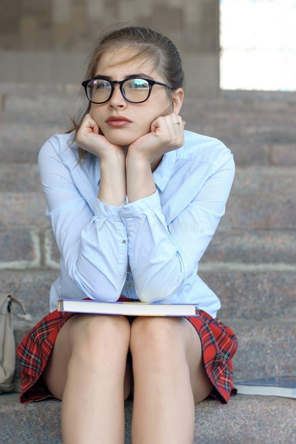 Studentin, die auf den Schritten sitzt stockfotos