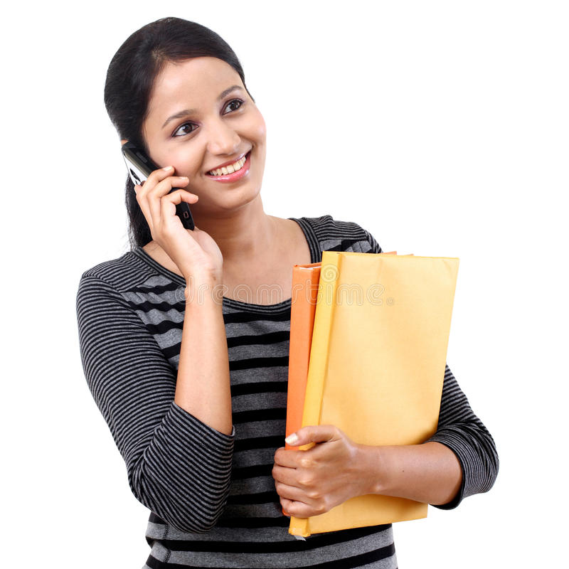Studentin, die auf Mobiltelefon spricht stockbild