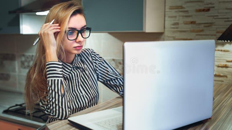 Studentin, die einen Laptop denkt und betrachtet lizenzfreies stockfoto