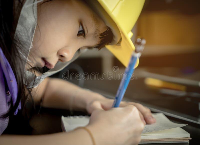 Studentin, die für Industrie studiert stockfotos
