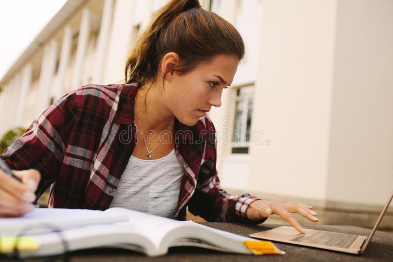 Studentin, die für Prüfungen am Campus sich vorbereitet stockbild