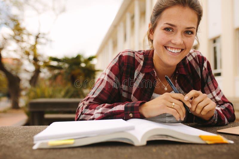 Studentin, die am Universitätsgelände studiert lizenzfreies stockfoto