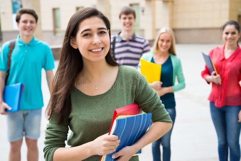 Studentin draußen mit ihren Freunden stockfoto