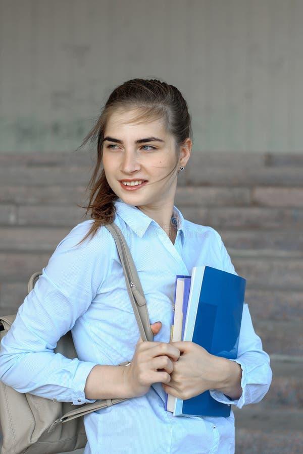 Studentin hält Bücher lizenzfreie stockfotografie