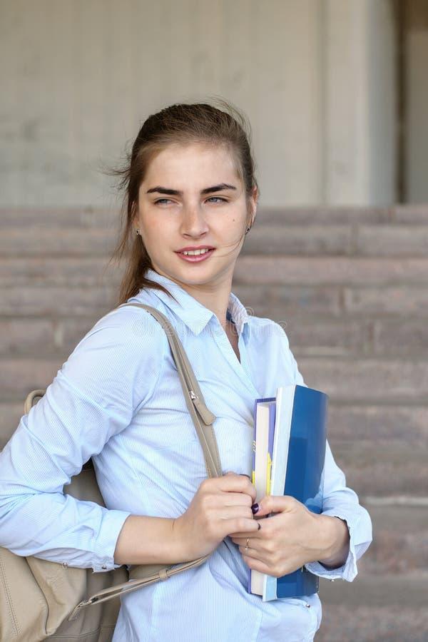Studentin mit Büchern in ihrer Hand stockfotos