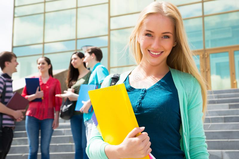 Studentin mit ihren Freunden stockbild