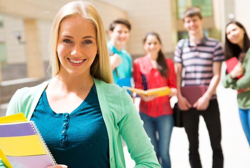 Studentin mit ihren Freunden stockfotografie
