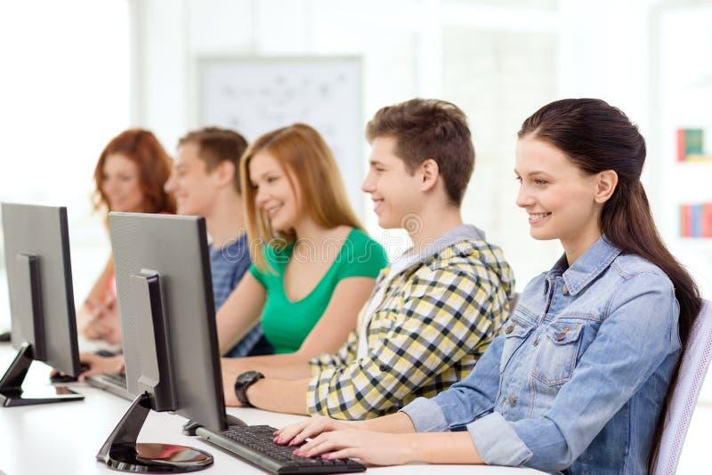 Studentin mit Mitschülern in der Computerklasse lizenzfreie stockfotografie