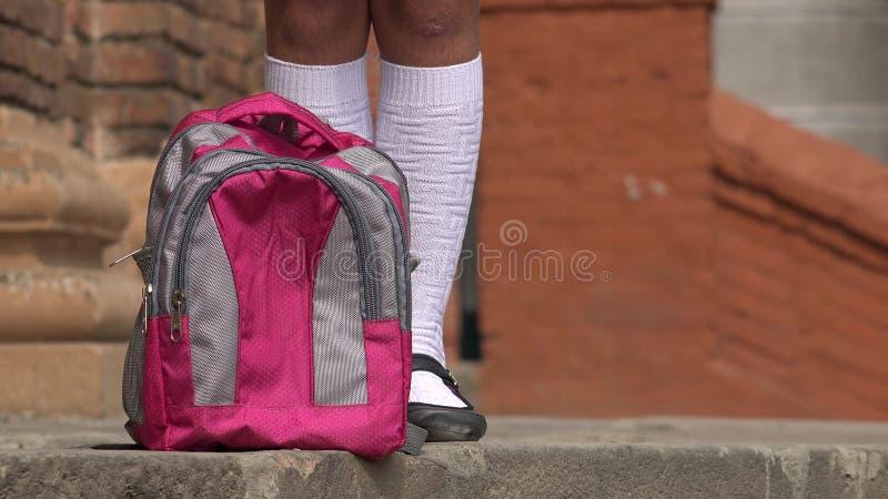 Studentin Standing Near Backpack lizenzfreies stockbild