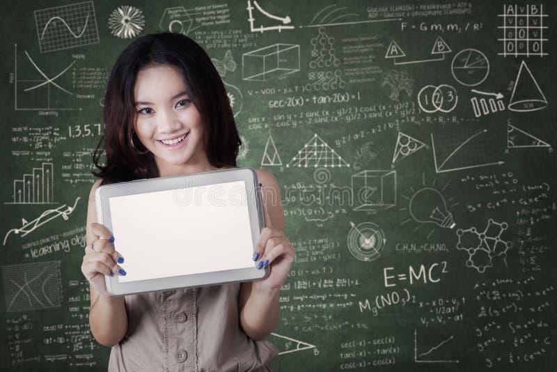 Studentin zeigt leeren Tablettenschirm stockbild