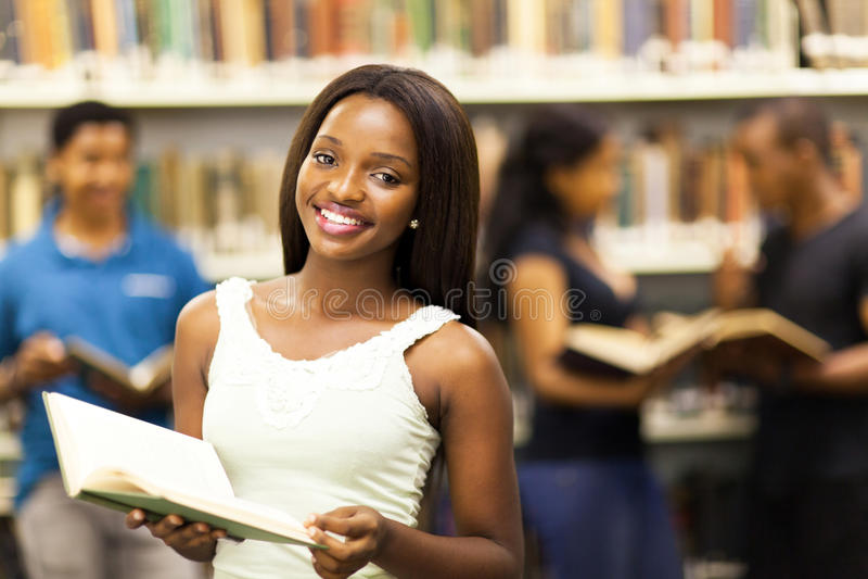 Studentinbibliothek stockfotografie