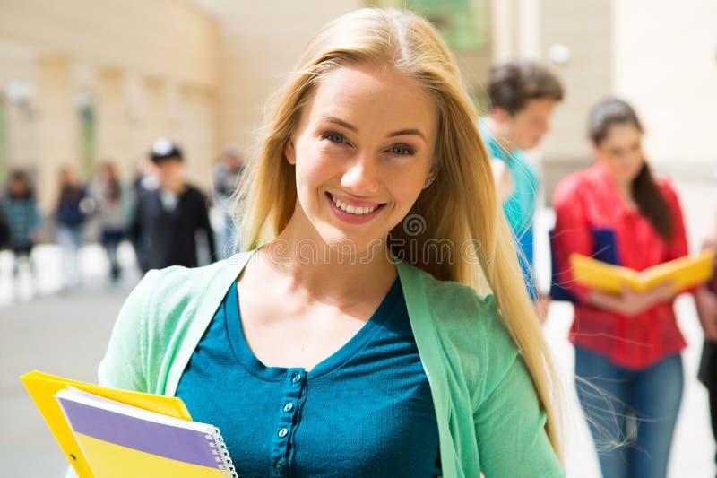 Studentinfreien mit Freunden lizenzfreies stockfoto