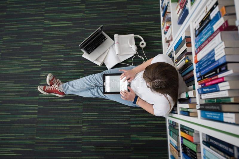 Studentinstudie in der Bibliothek stockfotografie
