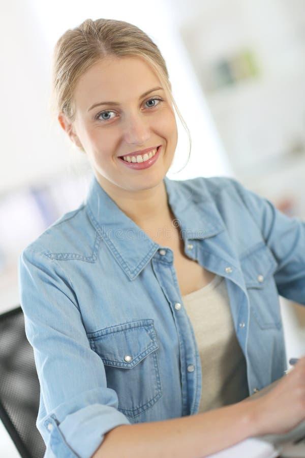 Studentkvinna i grupp som arbetar på bärbara datorn royaltyfri fotografi