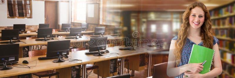 Studentkvinna i utbildningsarkiv med övergång för datorstudie arkivbild