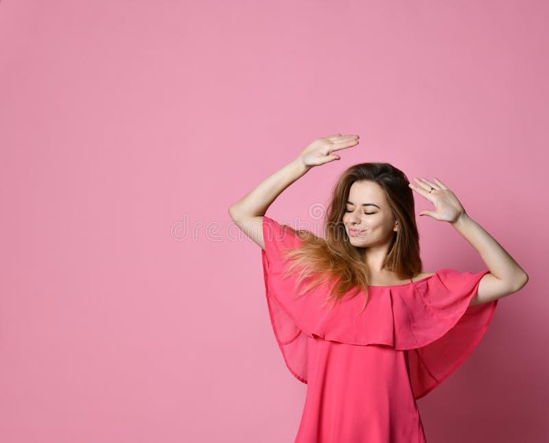 Studentkvinnlig som har rolig stunddans till någon angenäm musik inomhus arkivbild