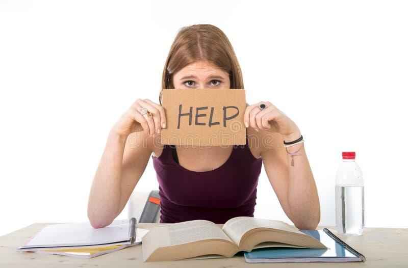 Studentmeisje het bestuderen zich voor universitair examen maakte in spanning ongerust vragend om hulp stock afbeelding