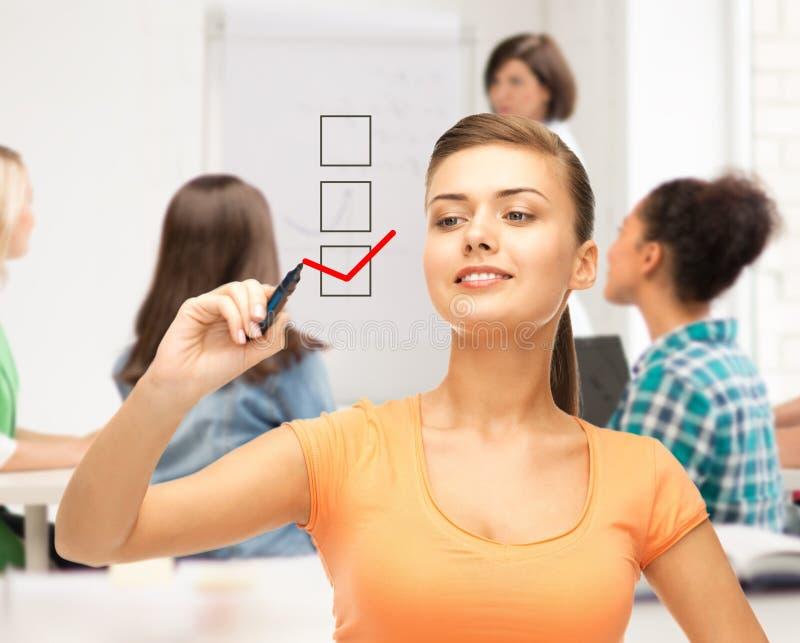 Studentteckningscheckmark på den faktiska skärmen arkivbild