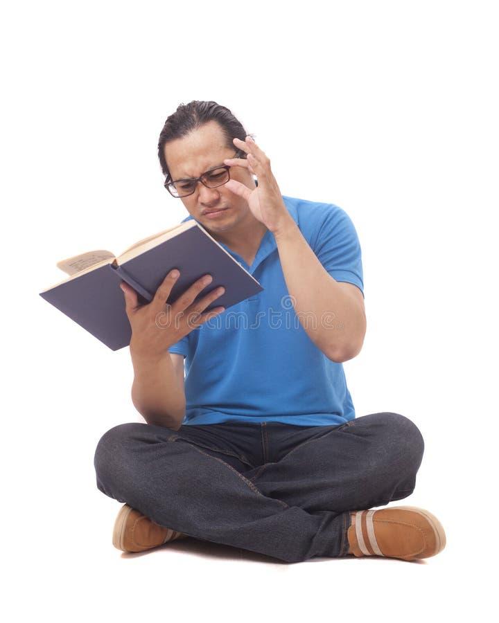 StudentWith Eye Sight problem, hårt att läsa en bok royaltyfria foton