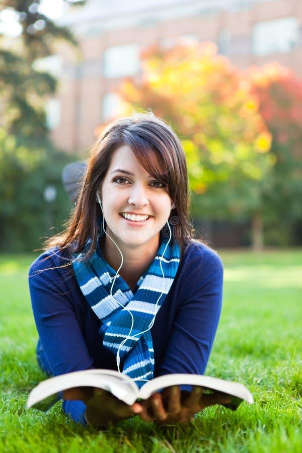 studera för deltagare för blandad race för högskola royaltyfri foto