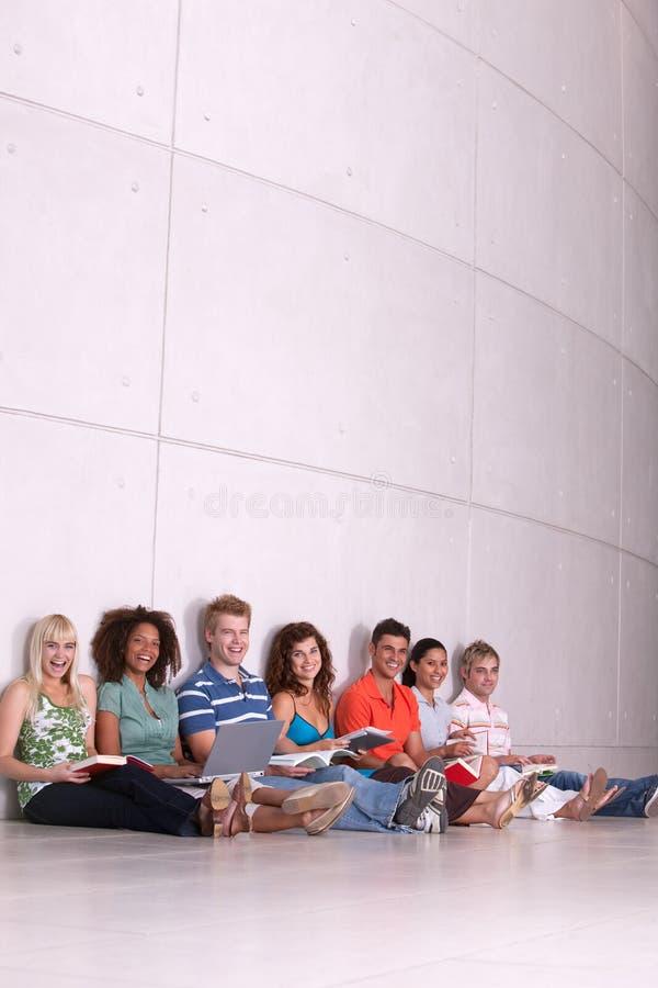 studera för deltagare för grupp lyckligt royaltyfri foto