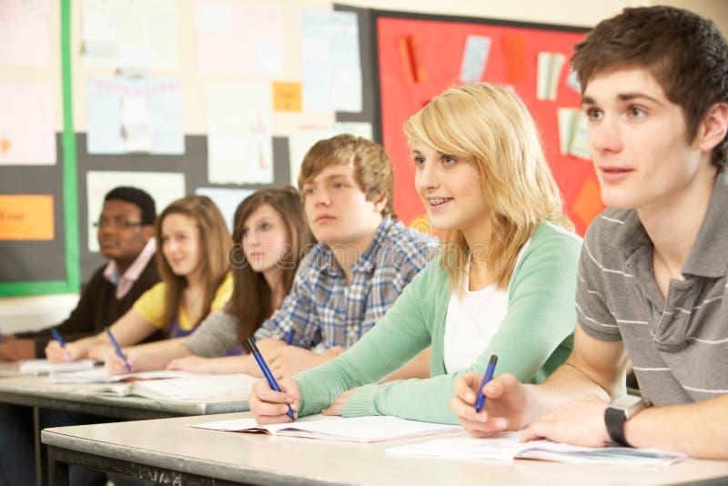 studera för deltagare som är tonårs- royaltyfria foton