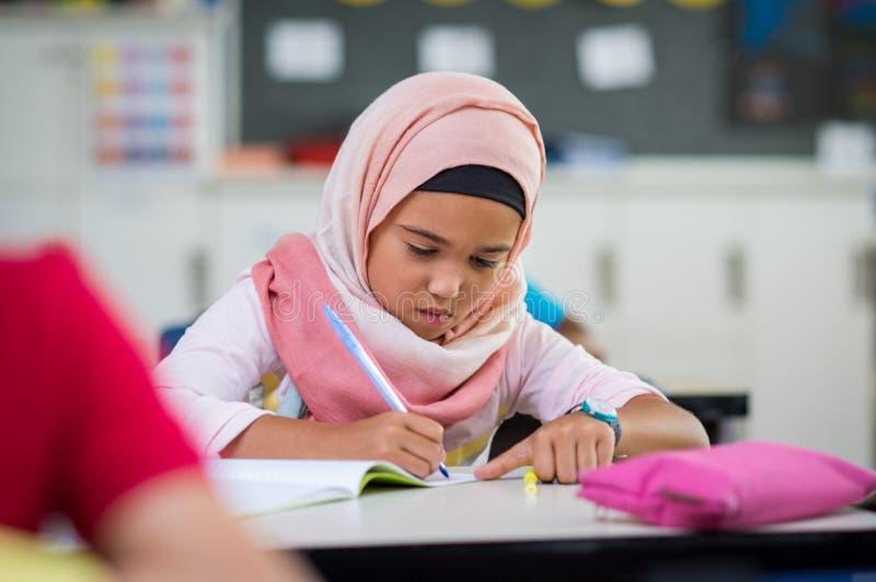 Studera för hijab för ung flicka bärande arkivbilder