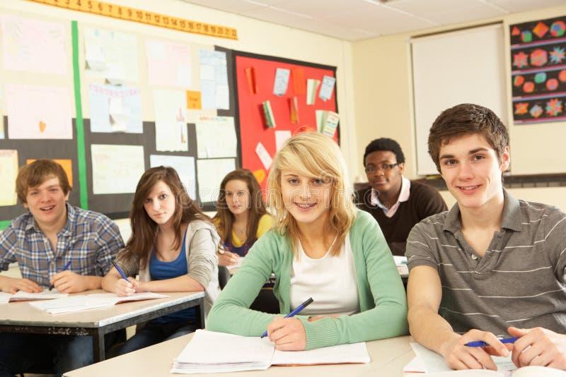 studera för klassrumdeltagare som är tonårs- arkivfoto