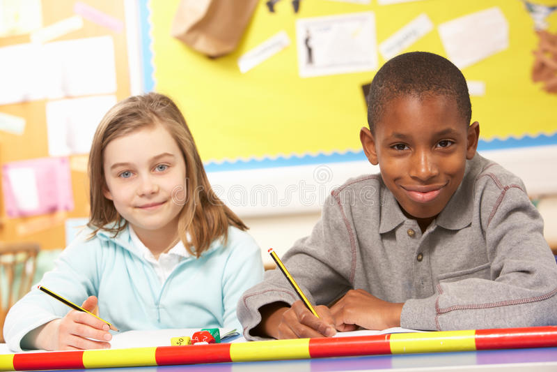 studera för klassrumskolungdom royaltyfria foton