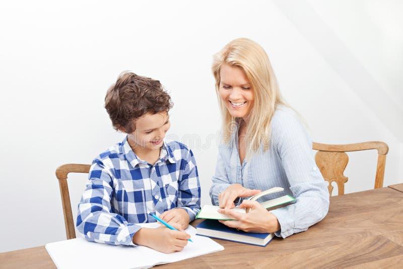 Studera för moder och för son royaltyfri fotografi
