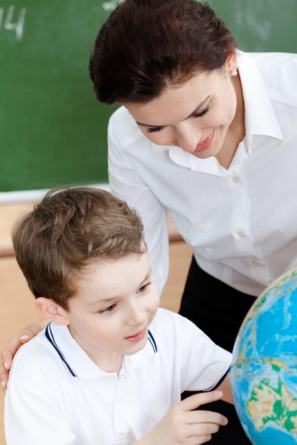 Studera geografi med skolalärare arkivfoton