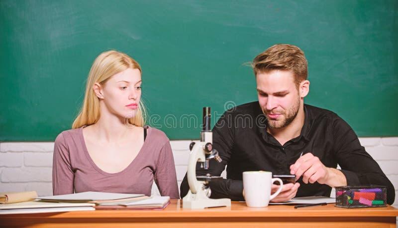 Studera i h?gskola eller universitet Biologikurs Studenter som studerar universitetet Genetik och teknik sv?rt fotografering för bildbyråer