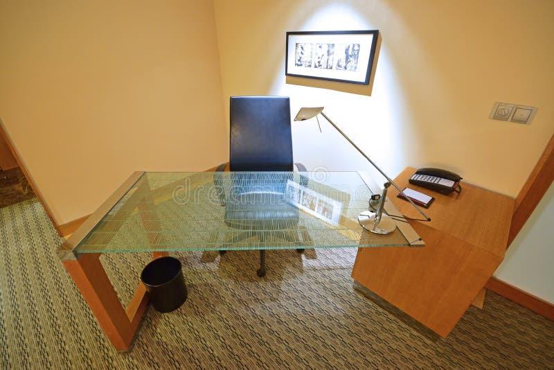 Studi la Tabella fatta da vetro temperato con la sedia di cuoio immagine stock libera da diritti